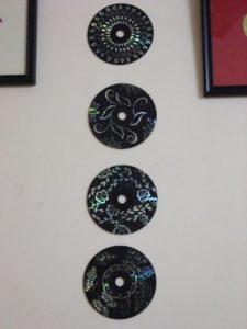 Декор из дисков на стене