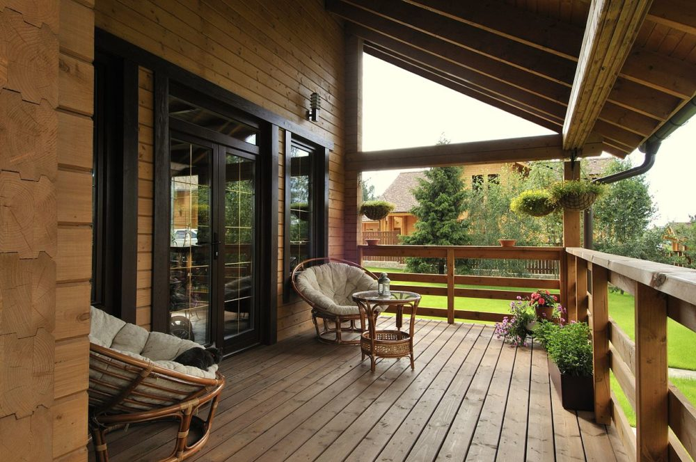 На террасе деревянного дома